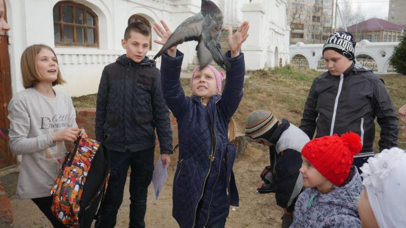 7 апреля, в день праздника Благовещения Пресвятой Богородицы, дети воскресной школы храма Всех святых, в земле Русской просиявших поселка Белоозерский Воскресенского района отпускали голубей на волю. Это уже стало хорошей традицией